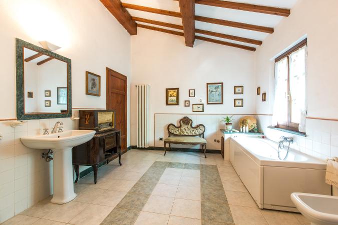 Casale ristrutturato in stile toscano 190 mq assoluta for Arredo bagno pisa